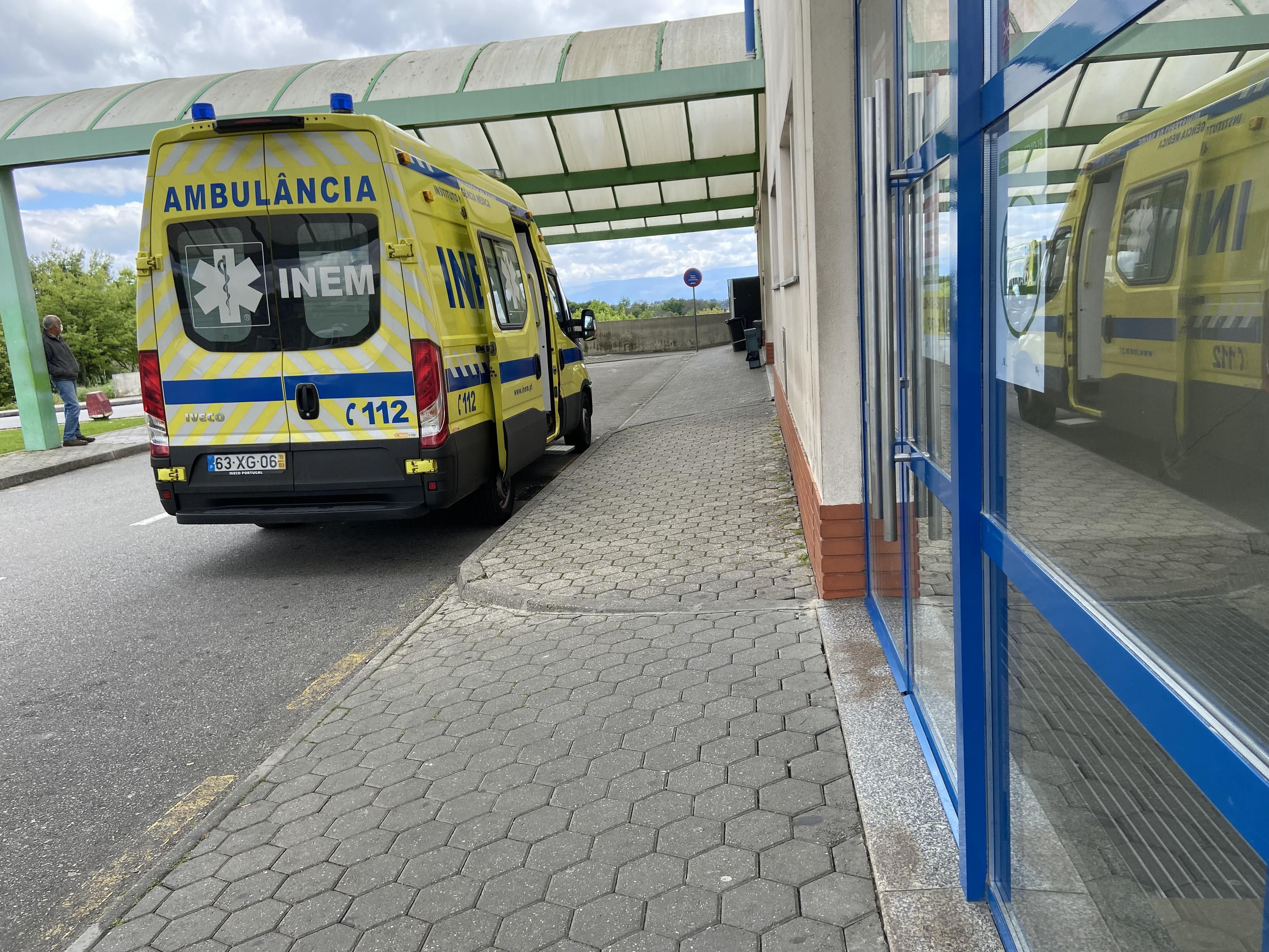 INEM à entrada do hospital viseu
