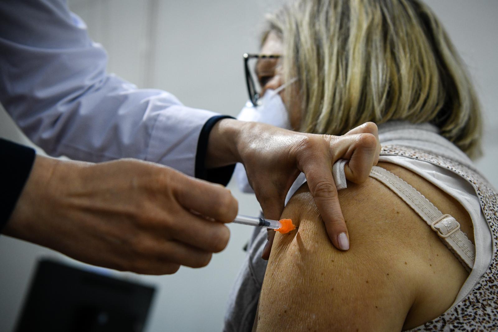 Dezenas de pessoas começam a ser vacinadas no multiusos por agendamento vacina covid19 covid-19